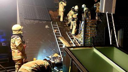 Brandweer verwijdert zonnepanelen om vlammen te overmeesteren