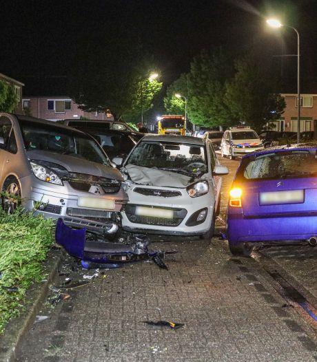 Ravage in woonwijk Urk nadat man inrijdt op geparkeerde auto's
