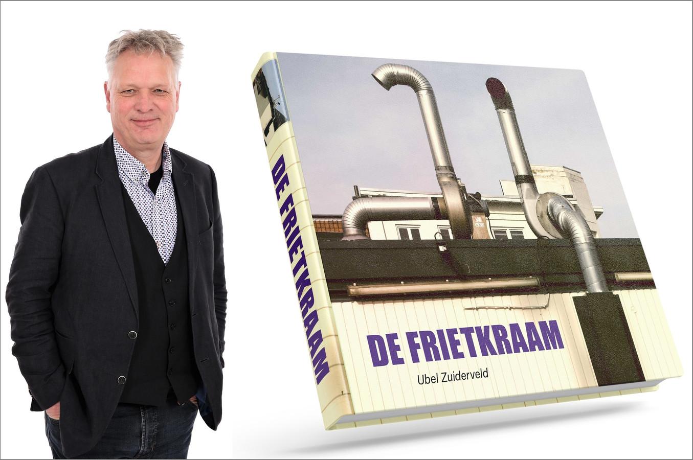 Ubel Zuiderveld met zijn boek 'De Frietkraam'