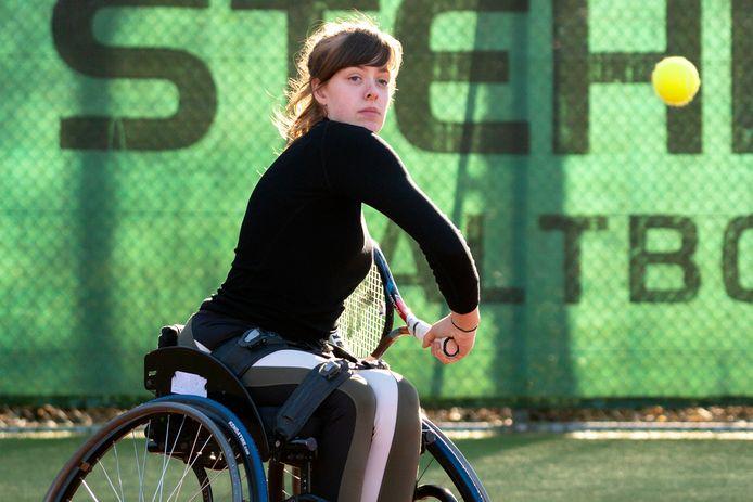 Rolstoeltennisster Jinte Bos focust op de bal.