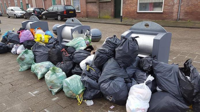 Soms stapelen de afvalzakken hoog op, tot ergernis van buurtbewoners.