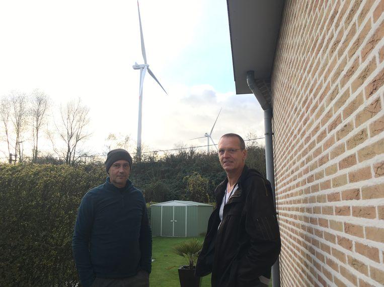 Mario Van Eeghem en Tony Baetslé aan het huis van Mario. De windmolen staat vlakbij.