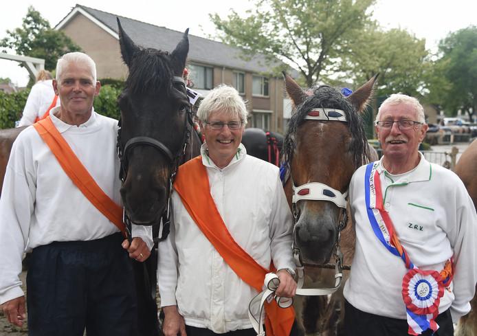 Een mijlpaal tijdens de pinksterwedstrijd in Oostkapelle gisteren. (V.l.n.r.) Jan Wondergem, José de Buck en Jan Geldof hadden alle drie een jubileum te vieren.