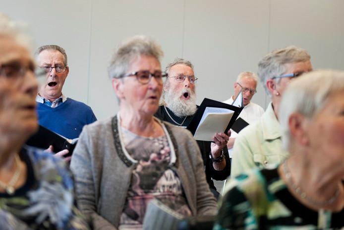 Het ledental van het jubilerende ouderenkoor Vespertied uit Luttenberg blijft almaar dalen. Voorzitter Willie Mars en dirigent Diny Steenwelle vragen zich af of het koor het vijftigjarig bestaan zal halen.
