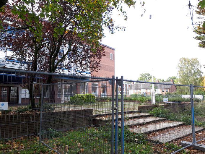 De hekken zijn al geplaatst rondom het voormalige Gilde College.