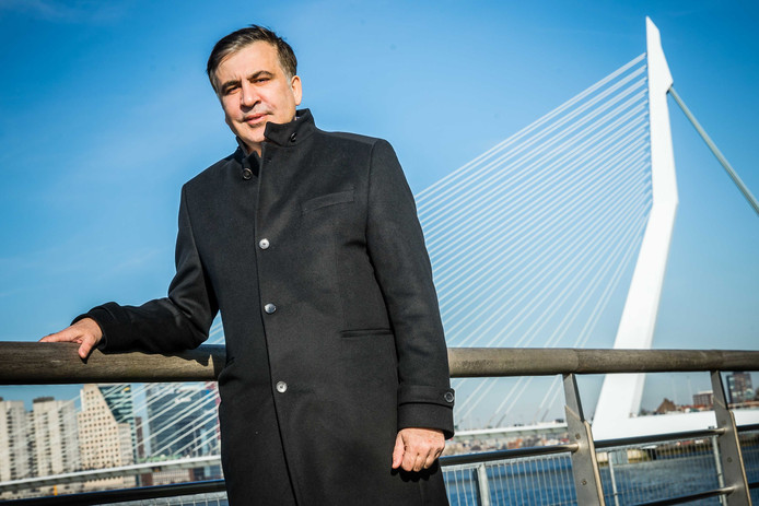 Michail Saakasjvili poseert voor de Erasmusbrug. Volgens zijn advocaat Oscar Hammerstein is de voormalige Georgische president van plan zich te vestigen in Amsterdam.