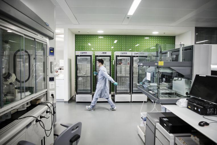 Een medewerker van Novartis in een lab van het bedrijf op de campus van Shanghai. Beeld Bloomberg via Getty Images