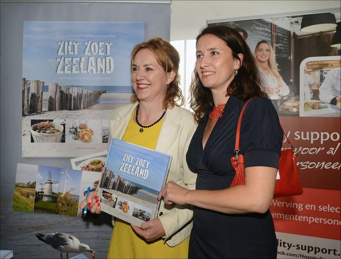 Annette van Ruitenburg en Tanja van den Berge presenteren hun kookboek.