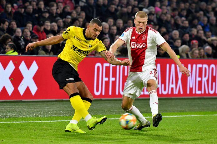 Jay-Roy Grot  (links) voor VVV in duel met Rasmus Kristensen  van Ajax.