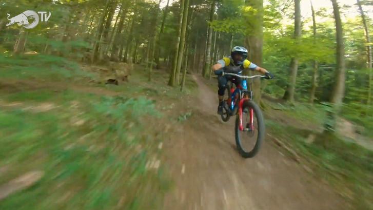 Spectaculaire dronebeelden van mountainbiker in de Franse bossen
