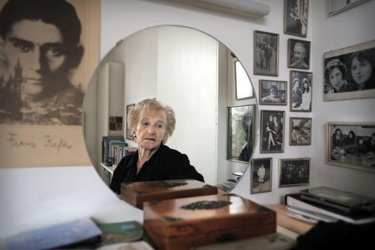 Schrijfster Marga Minco, deze week 90 jaar geworden, op haar werkkamer. Beeld Joost van den Broek