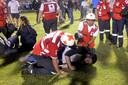 Ook in het stadion ontstond chaos en de fans kwamen het veld op toen bekend werd dat de wedstrijd niet doorging.