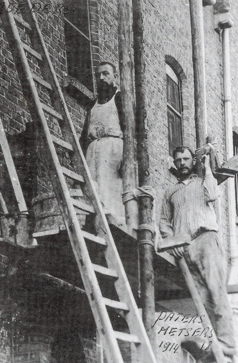 Paters Kapucijnen herstellen schade in 1914.