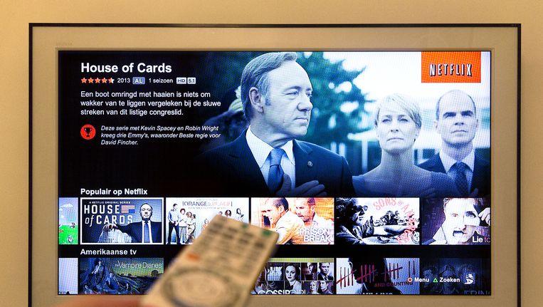 Een tv-scherm toont het menu van Netflix. Via de online videodienst kunnen films en series bekeken worden.