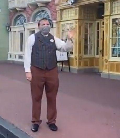 Le personnel masqué accueille les visiteurs lors de la réouverture de Disneyland