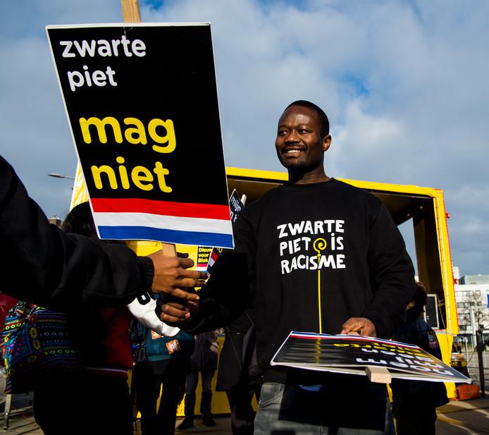Demonstratie Kick Out Zwarte Piet, Zwarte Piet, bij het Grote Feest van Sinterklaas in Ahoy in Rotterdam. Activist Jeffrey Afriyie.