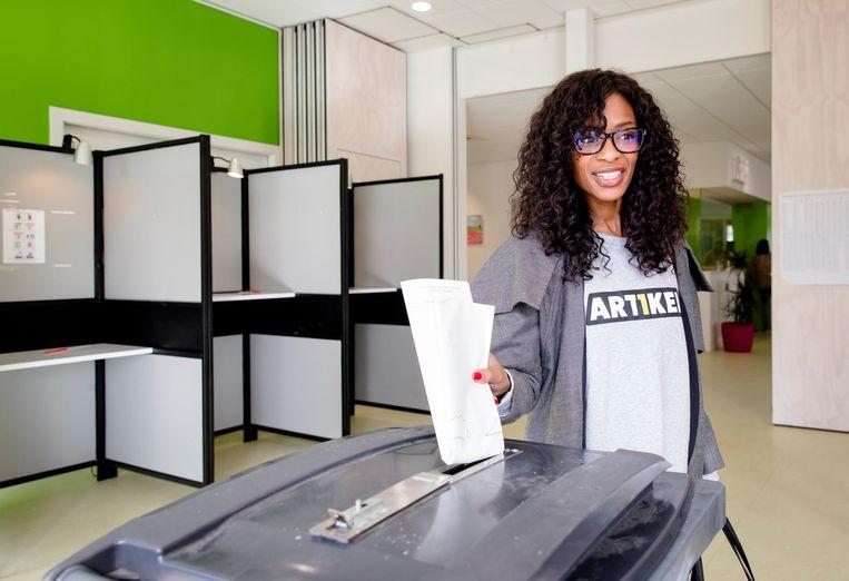 Sylvana Simons stemt op 15 maart 2017. Beeld anp