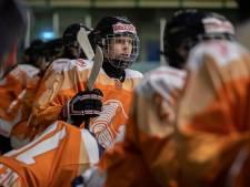 Jonge ijshockeymeiden zijn over zenuwen heen: 'Het is natuurlijk supertof om voor eigen publiek te spelen'