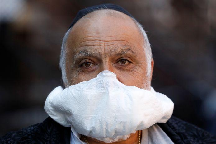 Een man in Brooklyn (New York) probeert zich met een luier te beschermen tegen het coronavirus. De staat New York is in de Verenigde Staten het zwaarst getroffen door corona.
