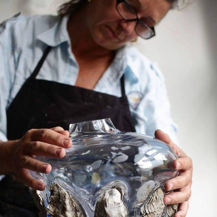 Samen met een team van glasblazers lukte het Ans Bakker om de 'knoestige  en ruwe' Zeeuwse oesters in glas te vatten.