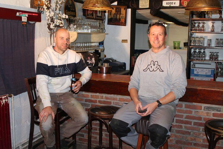 Erik Jans en Peter van Pul voerden slechts enkele kleine aanpassingen uit aan De Schuur. Hier verpozen ze tussen het werk even aan de toog.