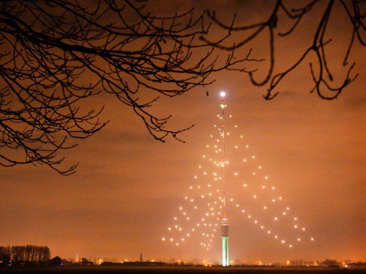 Lampjes worden weer opgehangen voor de grootste kerstboom van Nederland