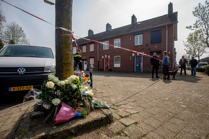 Bloemen nabij de locatie waar de dodelijke aanslag op Ger van Zundert plaatsvond.