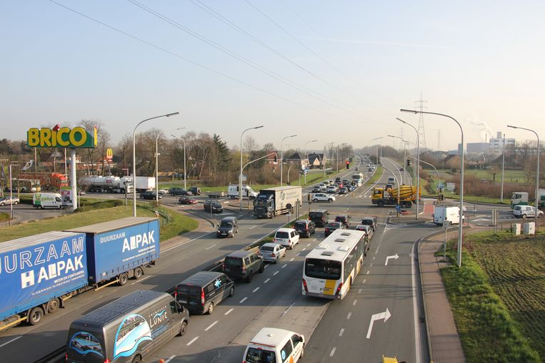 Evergem: Het drukke kruispunt Brico, aan de Zeeschipstraat in Evergem.