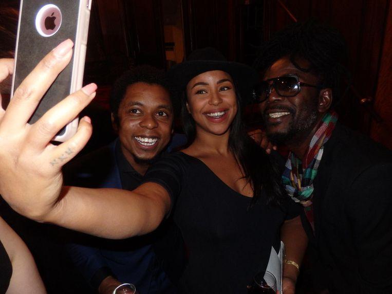 Typhoon en zanger Kenny-B gaan graag op de selfie met visagiste Sahar Fuad Beeld Schuim