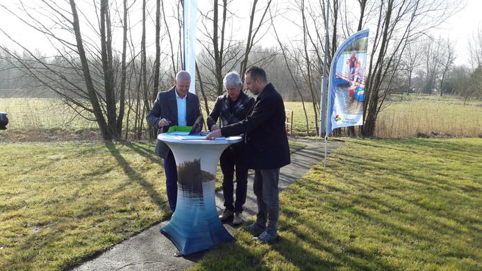 Ondertekening Waterboulevard Laarbeek-Helmond door Joan Briels, Peter van Dijk en Erik de Vries.