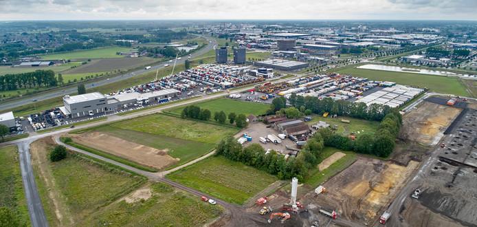 Het woonhuis en bedrijf Sjef van den Braak Bedrijfswagens wordt ingesloten door industrie op Foodpark in Veghel. Links en achter het bedrijf staan de trucks van BAS Trucks rechts is de nieuwbouw van Van Berlo in voorbereiding.