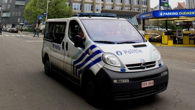 Een combi van de Antwerpse politie voor het politiekantoor aan de Oudaan.