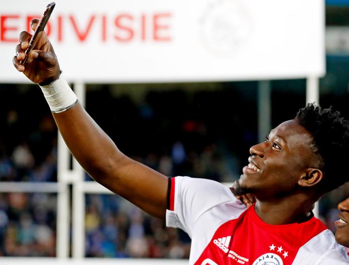 Ajax-doelman Onana maakt een kampioensselfie.