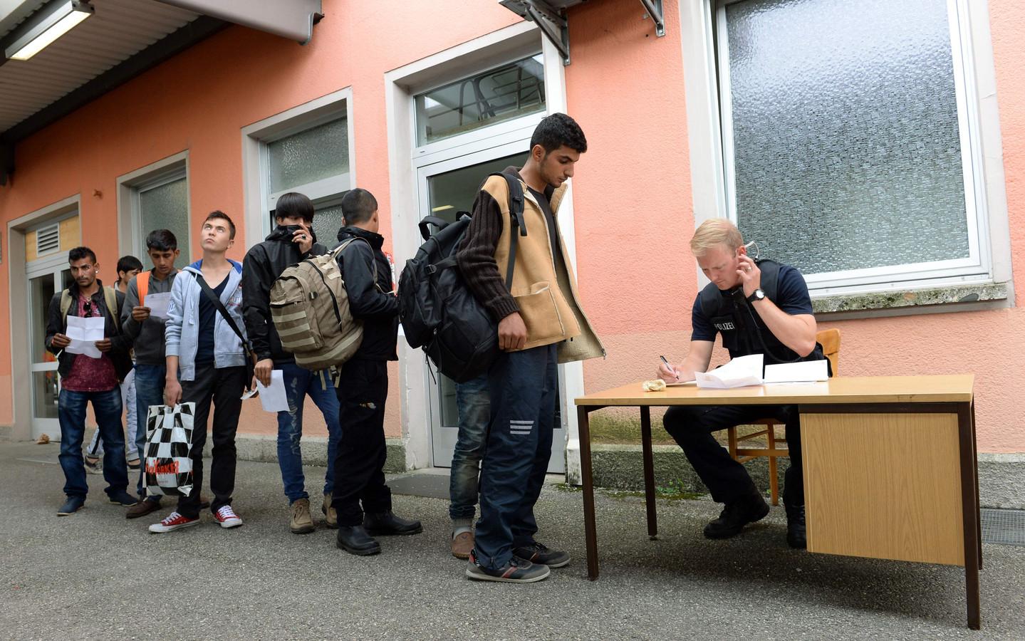 Asielzoekers worden geregistreerd op het station van Freilassing, in het zuiden van Duitsland.