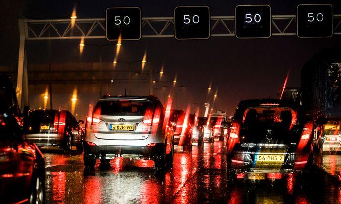 Files door regenval op de A4 nabij Schiphol.