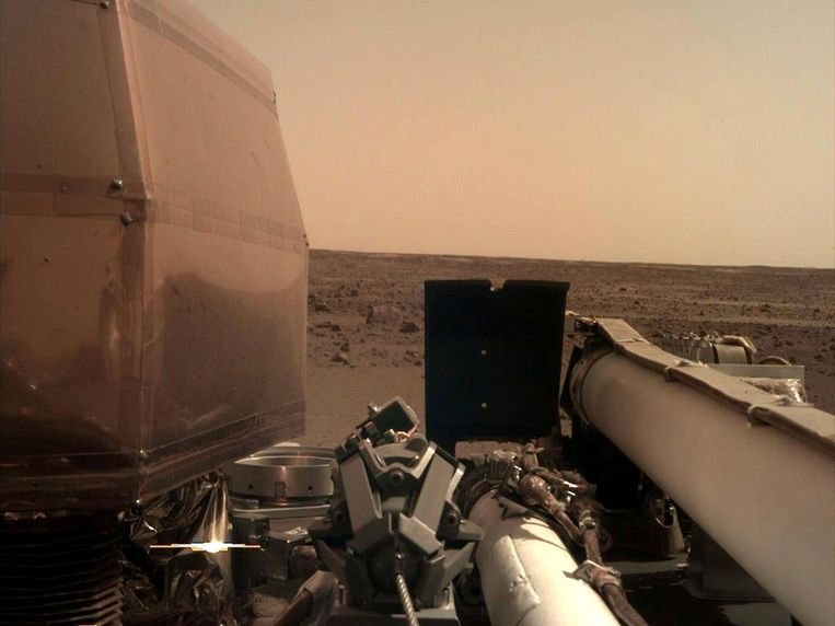 De MarCo maakte een prachtige foto van Mars kort na de landing.