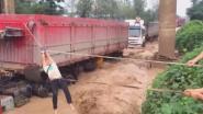 VIDEO. Overstromingen in China sleuren alles mee wat op hun pad ligt. Zelfs vrachtwagens
