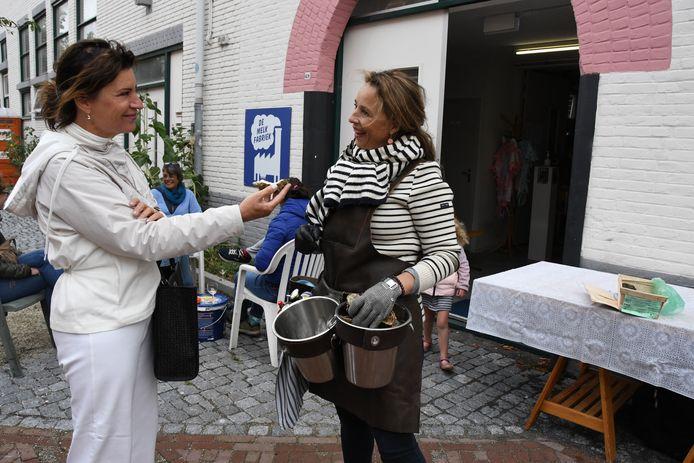 Oestermevrouw Marianne Spoor in actie vóór Kunstruimte de Melkfabriek in de Guldenvliesstraat.