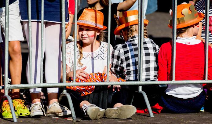 Oranjefans wachten bij Paleis Noordeinde op Prinsjesdag.