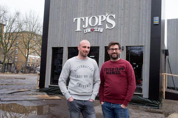 Karel en Birger voor hun pop-uprestaurant Tjop's in Antwerpen.