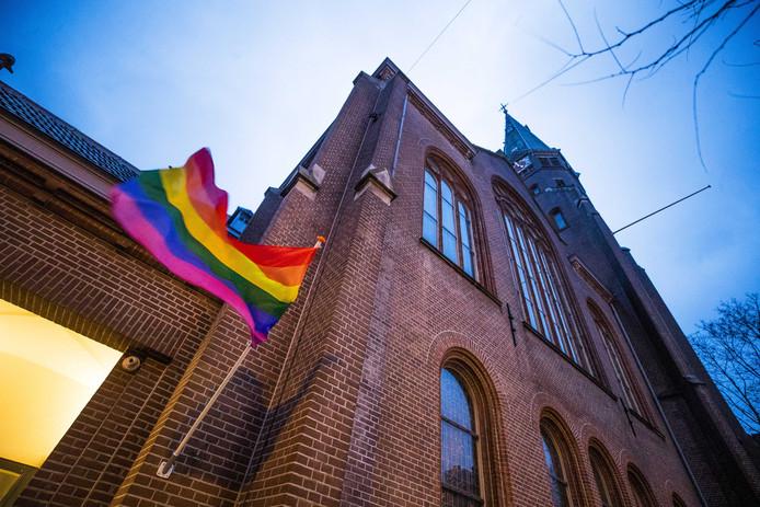 Een regenboogvlag hangt uit bij de Oranjekerk in Amsterdam.