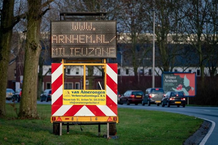 De strengere milieuzone van Arnhem was al van kracht sinds januari, maar vanaf 1 april gaat de gemeente Arnhem overtreders beboeten.