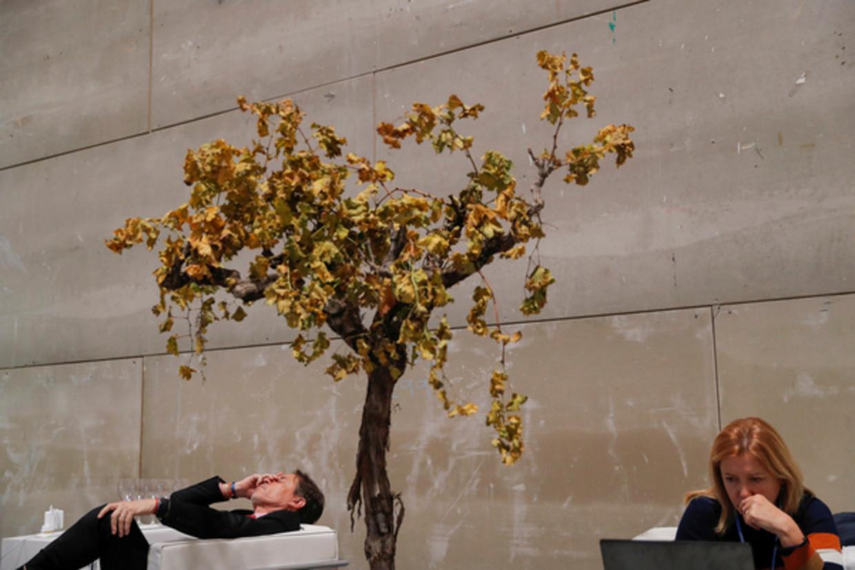 Een deelnemer aan de klimaatconferentie in Madrid neemt even pauze.