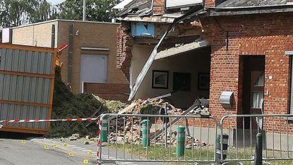 Tractor met hooiwagen ramt woning: huis onbewoonbaar, drie bewoners naar ziekenhuis