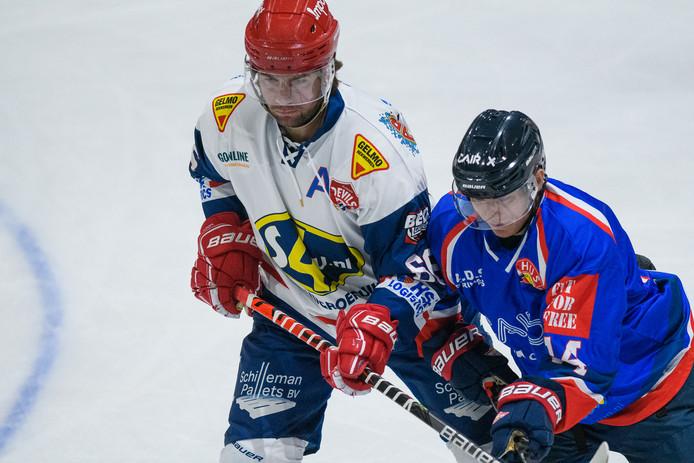 Devils-speler Nick de Jong in duel met Justin Evers tijdens de verloren wedstrijd om de Ron Berteling-schaal in Den Haag.