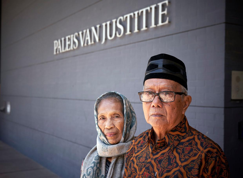 Mevrouw Talle en Andi Monji bij de rechtbank in Den Haag.