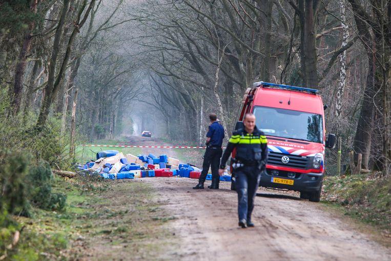 Brandweer en politie doen in april van dit jaar onderzoek in Best, waar vele tientallen vaten met drugsafval werden gevonden. Beeld ANP