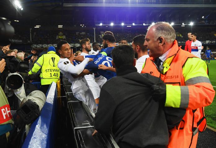 Een handgemeen tussen Ashley Williams van Everton en Anthony Lopes van Lyon draait uit op een massaal opstootje waar ook fans bij betrokken zijn.
