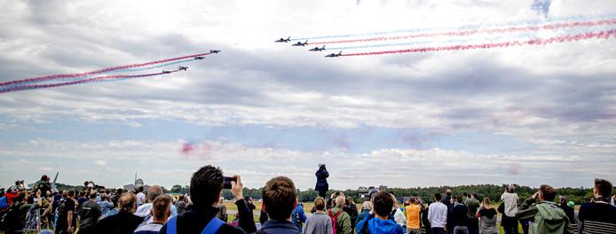Bezoekers tijdens de Luchtmachtdagen op vliegbasis Volkel. Tijdens dit evenement kan het publiek kennis maken met de mensen en middelen van de Koninklijke Luchtmacht en de wijze waarop deze wereldwijd worden ingezet.