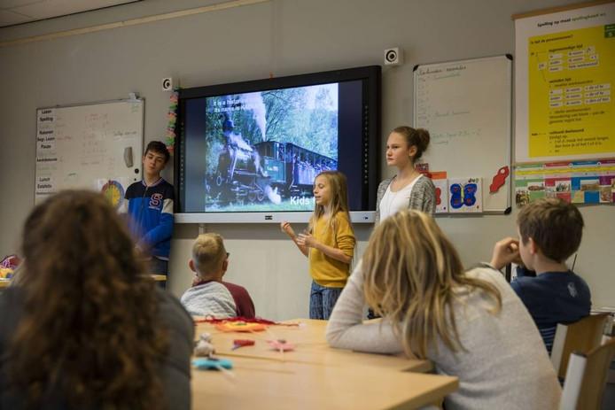 Slowaakse leerlingen vertellen Bakelse kinderen over hun land, hun stad en hun school. Foto Ton van de Meulenhof